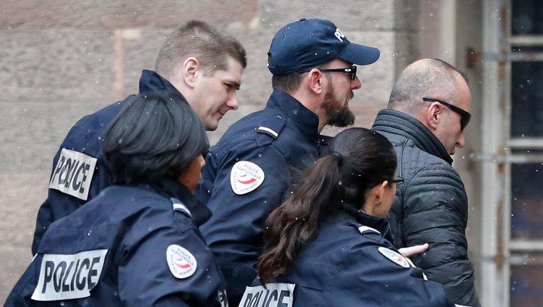 De Kosovaarse ex-premier Ramush Haradinaj wordt door de Franse politie het gerechtsgebouw van Colmar binnengeleid. Beeld ap