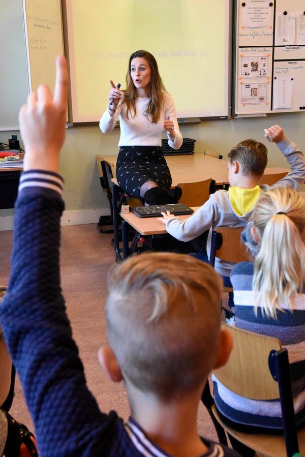 Kiki Hagen is weer even 'juf' als ze op de basisschool in De Hoef een les mag verzorgen over het thema 'respect.'