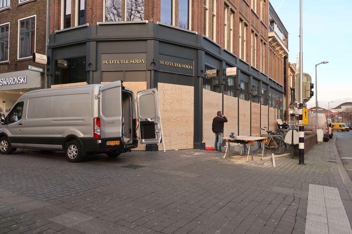 Meerdere winkeliers in Breda timmeren de voorgevel dinsdag uit voorzorg dicht met hout.
