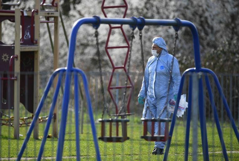 De forensische dienst onderzoekt in Oost-Londen de speeltuin waar de 17-jarige Jodie Chesney afgelopen vrijdag werd doodgestoken Beeld AP