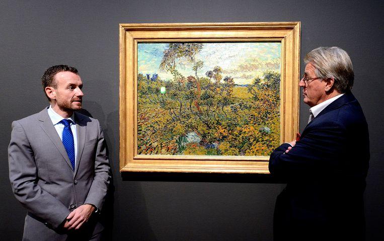 Schilder en acteur Jeroen Krabbe (R) en directeur Axel Ruger van het Van Gogh Museum bewonderen Zonsondergang bij Montmajour. Beeld ANP