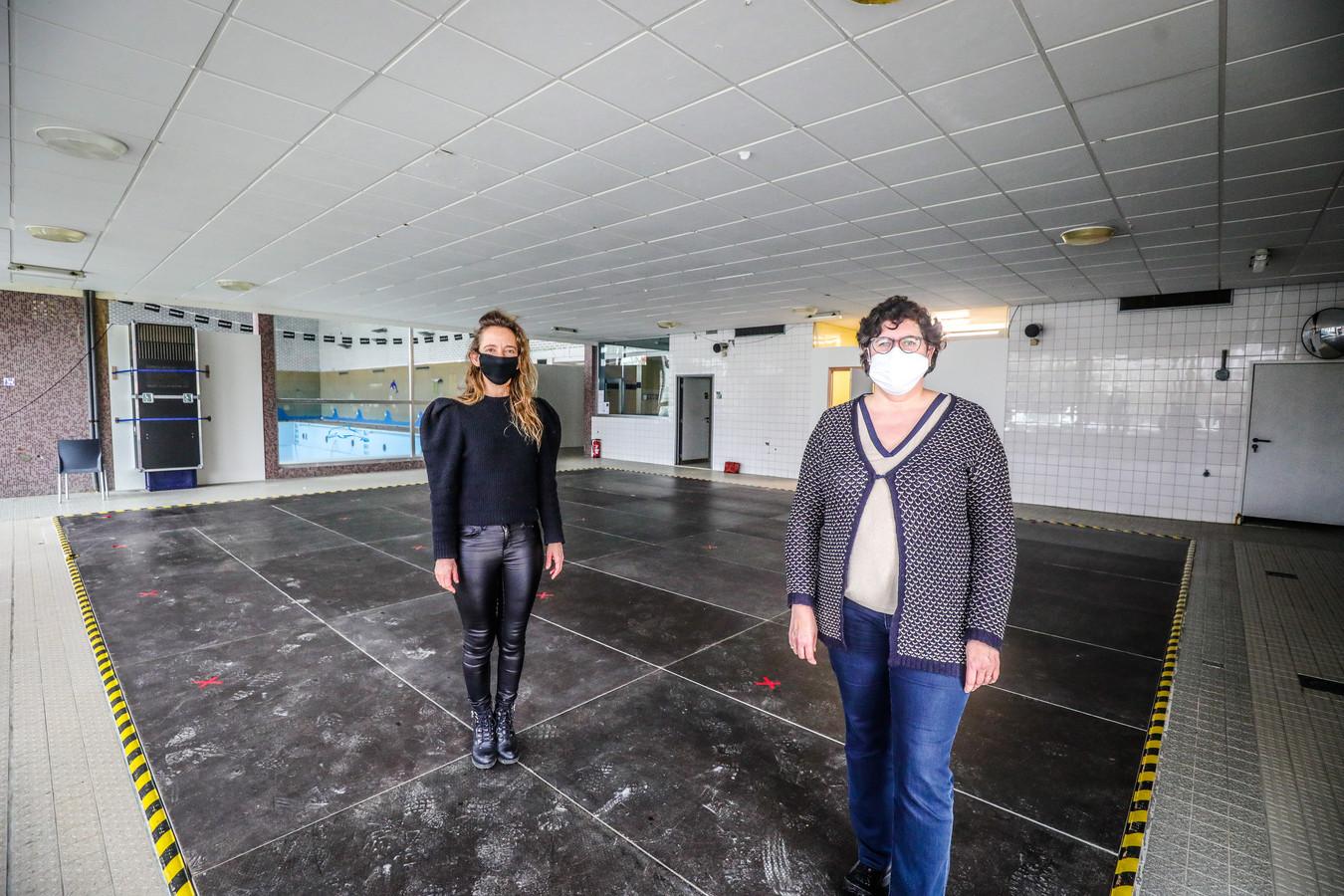 Schepen Katleen Winne en burgemeester Lies Laridon in het vaccinatiecentrum van De Kupe.