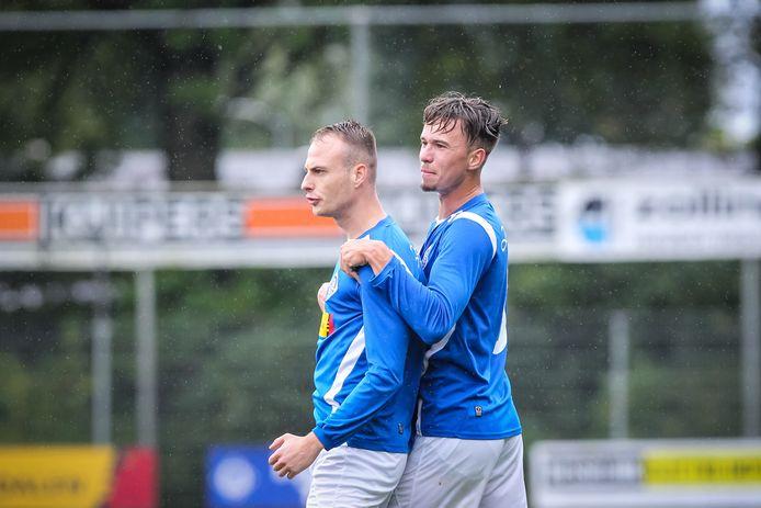 Tom Boelen en Paco Geutjes (rechts) vieren een doelpunt.