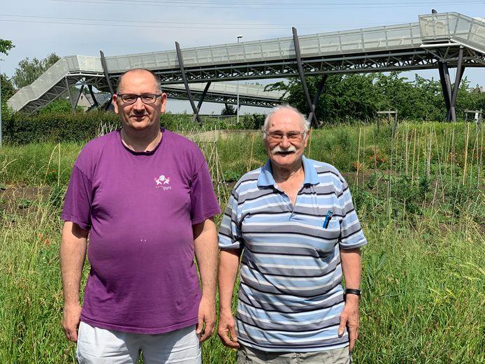 Poetsman Guy (links) met Pierre, één van zijn klanten.