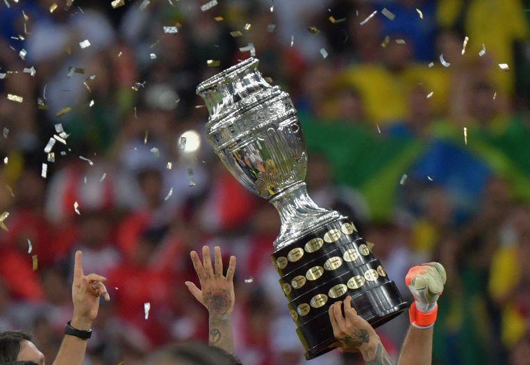 De trofee voor de winnaar van het toernooi Copa América wordt hier omhoog gehouden door het Braziliaanse nationale team dat in de finale van 2019 in eigen land Peru versloeg.  Beeld AFP