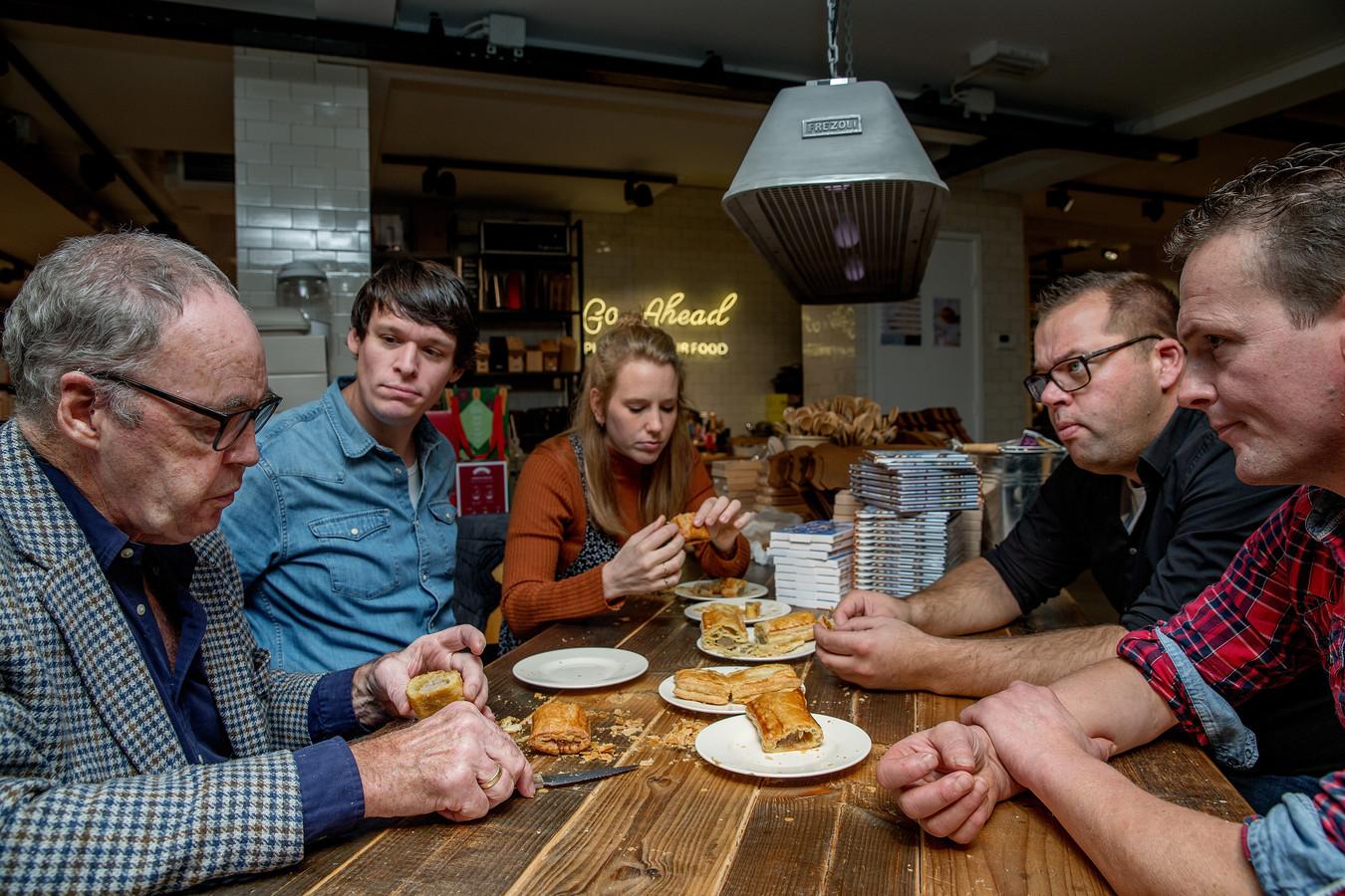 De jury:  Cees Holtkamp (77): Amsterdams banketbakicoon. Bakte duizenden saucijzenbroodjes. Rutger van den Broek (33): Winnaar van het eerste seizoen Heel Holland Bakt. Anne-Marij de Koning (29): Bevlogen baktalent; van bokkenpoten tot bolletjes. Hiljo Hillebrand (39): Meesterboulanger en schrijver van De Broodbijbel. Peter van Ancum (41): Saucijzenspecialist van slagerij Chateau Briand.