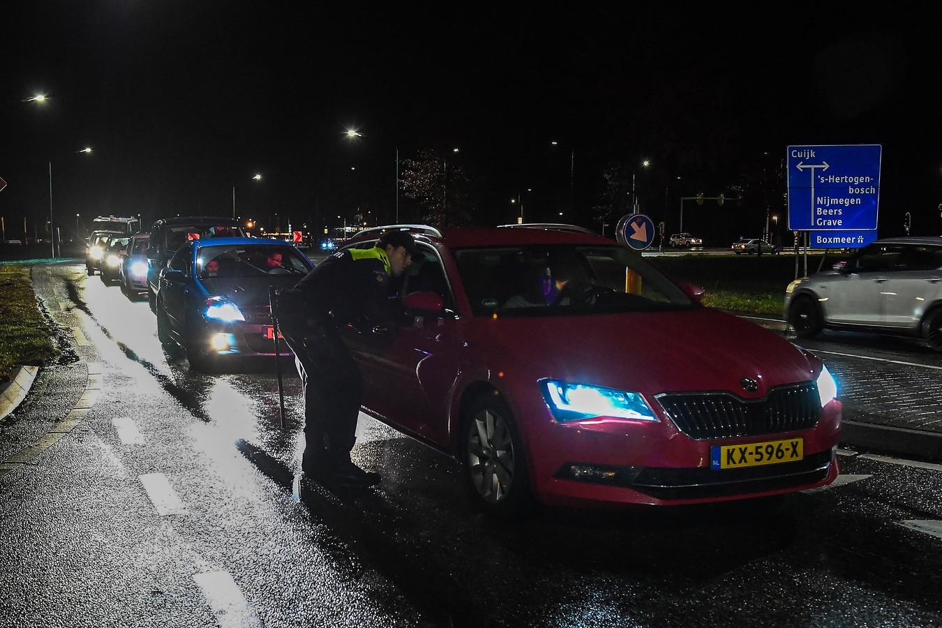 Agenten controleerden vorige week vrijdag alle verkeer op de Raamweg in Cuijk, bij McDonald's.