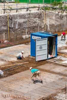 Betonvlechters leggen een puzzel van staaldraad in bouwput bij Eemplein