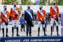 Het Nederlands springteam met vlnr Maikel van der Vleuten, Marc Houtzager, Willem Greve en Frank Schuttert is de winnaar van de Nations Cup springen op CHIO Rotterdam. Met in hun midden bondscoach Rob Ehrens.