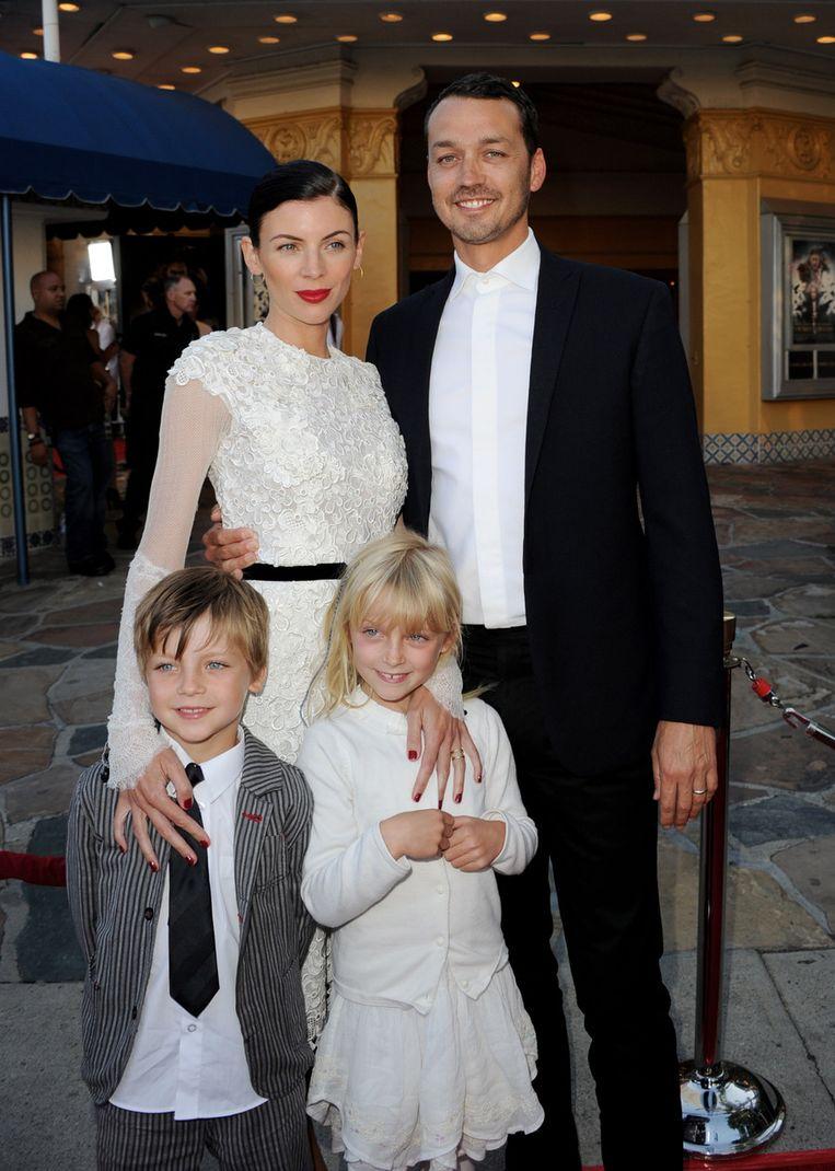 Liberty Ross en Rupert Sanders met hun kinderen Tennyson en Skyla toen er nog geen stront aan de knikker was. Beeld AFP