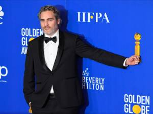 Pourquoi Stella McCartney et le costume de Joaquin Phoenix sont moqués sur les réseaux sociaux