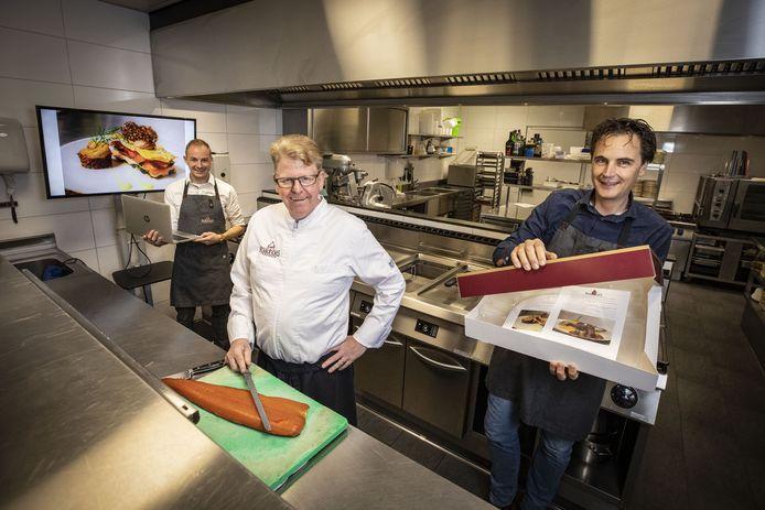 Het team van 't Oale Roadhoes, met vanaf links Erik van Lubek, Huub Wolferink en Ruud Droste, is klaar voor de online kooksessie 'Kook maar mee'.