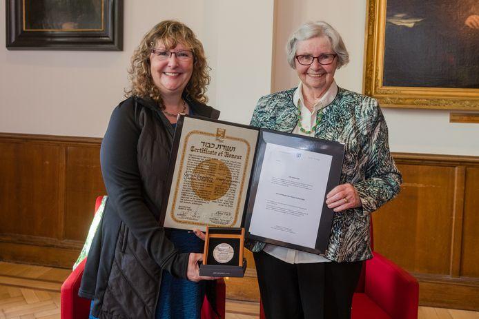 De 98-jarige Aaltje Tjallingii ontvangt de Israëlische Yad Vashem onderscheiding postuum voor haar ouders die in de oorlog het Joodse jongetje Jack onder lieten duiken bij hen thuis. Naast haar Jacks dochter Rosaly, die de onderscheiding aanvroeg.