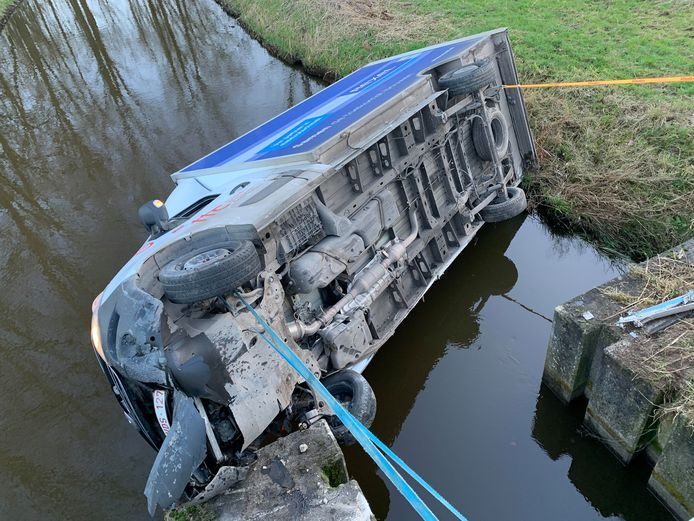 Het vrachtwagentje belandde op zijn zijkant in het water bij Heeswijk-Dinther.