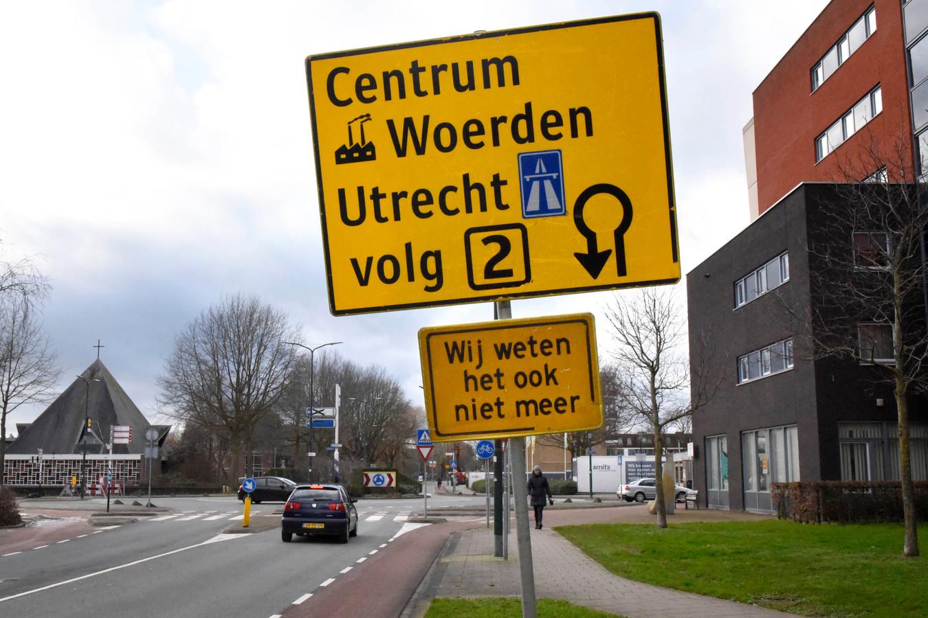Het illegale bord met hartenkreet aan de Rembrandtlaan in Woerden.