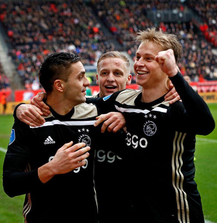 Frenkie de Jong (r) feest met de fans en met zijn ploeggenoten Dusan Tadic en Donny van de Beek na zijn goal tegen FC Utrecht.