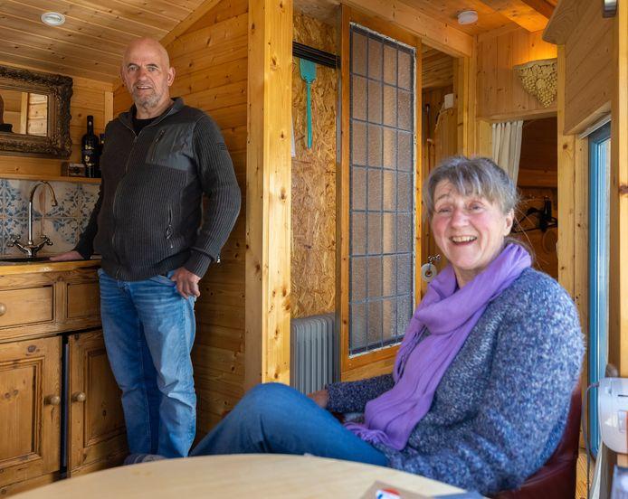 Hans en Ineke in hun tuinhuisje in Bokhoven.