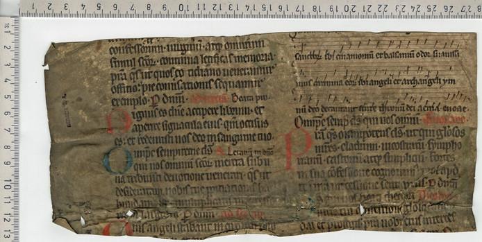Een eeuwenoud tekstfragment op perkament, tevens een vroeg voorbeeld van hergebruik. Het stuk is gebruikt als verstevigingsmateriaal bij het binden van een nieuw middeleeuws boek.
