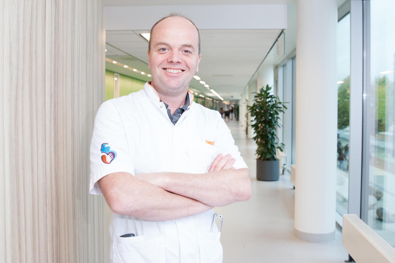 Longarts Eric van Thiel van het Albert Schweitzer ziekenhuis is enthousiast over de thuismonitoring van coronapatiënten.