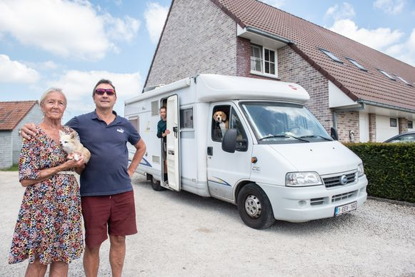 Alex wil met zijn zoon en moeder naar Spanje verhuizen maar kan land niet uit.