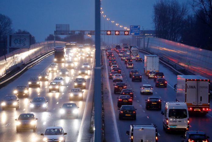 Drukke ochtendspits op de A20 in Rotterdam. Foto ter illustratie.