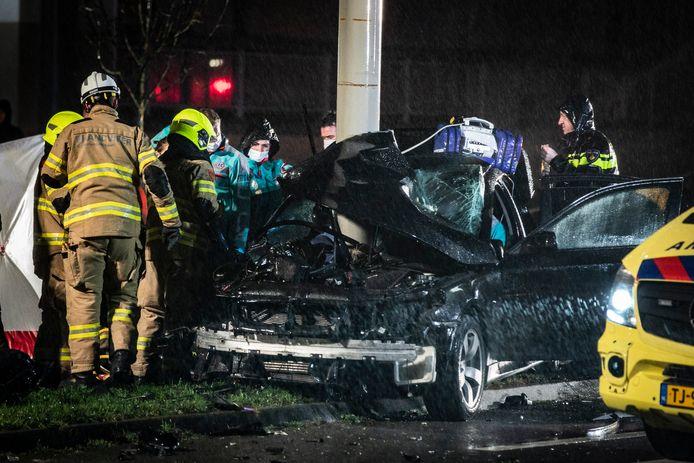 De ravage na de botsing van de auto tegen de trolleymast in Arnhem.