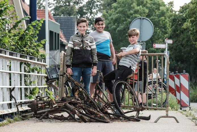 Jojakim, Meral en Ronan bij de opgeviste buit uit de Oude IJssel. Foto: Jan Ruland van den Brink