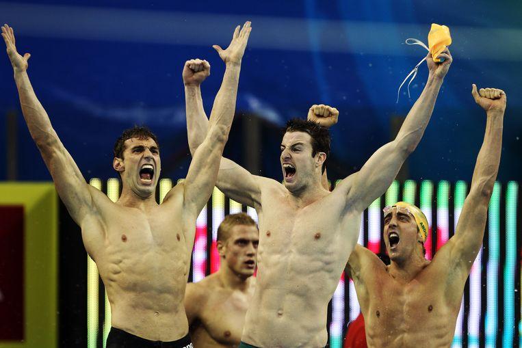 De Australische zwemploeg, met in het midden James Magnussen, wint goud tijdens het WK in Shanghai in 2011. Beeld Getty Images