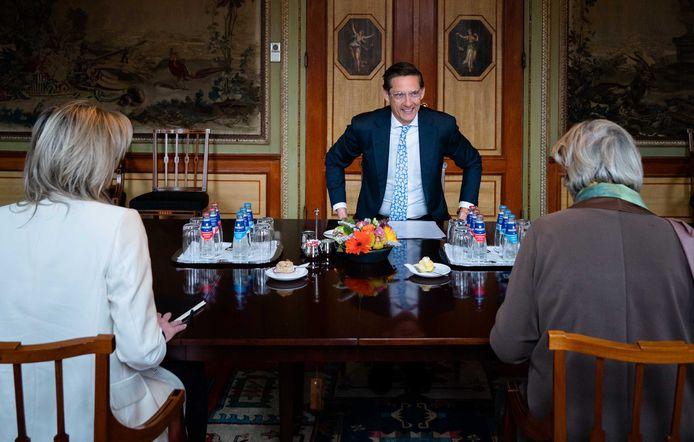 Joost Eerdmans (JA21) wordt ontvangen door verkenners Annemarie Jorritsma en Kajsa Ollongren.