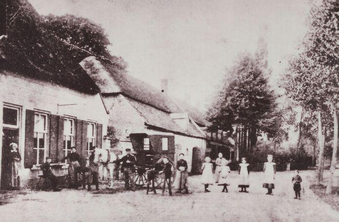 Op de foto de situatie van vóór 1922 (foto richting Doornboomplein). Links vooraan staat het café van de familie Hooijen; het café ging in 1922 in vlammen op. Op deze plek werd een winkel in huishoudelijke artikelen gebouwd welke weer afgebroken werd in 1994 om plaats te maken voor een appartementencomplex (realisatie in 1998). Voorbij het café Van Hooijen staat de brouwerij die tot 1910 in eigendom was van Heuvelmans en daarna van de familie Rombouts. Ook dit pand brandde in 1922 af. Sinds 1923 staat hier de nieuwe woning van de familie De Kroon-Rombouts met de limonadefabriek, welke niet meer als zodanig in gebruik is.