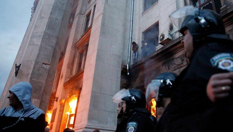 Het brandende vakbondsgebouw in Odessa. Beeld REUTERS