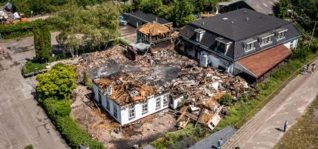 Bedrijfsleidster vermoedt dat roemrucht hotel in Wanneperveen in brand is gestoken: 'Ik heb de politie al eerder gewaarschuwd'