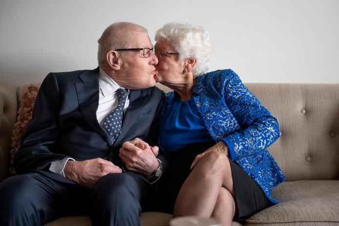 Henk van den Berg en Siny van den Berg-Smit uit Rijssen, maandag 65 jaar getrouwd.