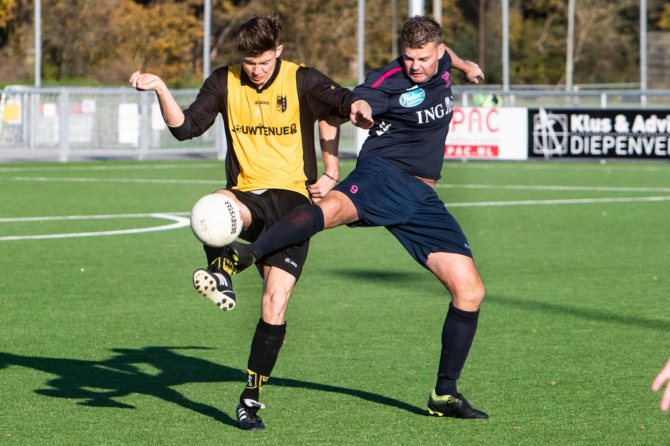 Colmschate-speler Jarmo van 't Hof (r) vocht in de Deventer derby verbeten duels uit met Mike Kommerkamp van Diepenveen.