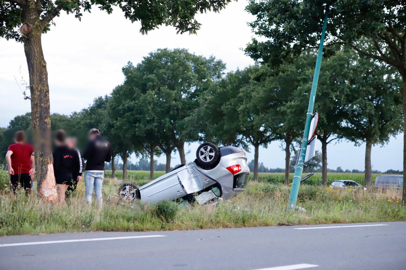 De zilvergrijze Volkswagen belandde op het dak in de berm van de Sint Hubertweg in Haps.