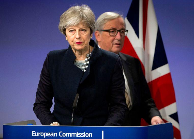Toen was geluk al niet zo gewoon... de voormalige Britse premier Theresa May en toenmalig EU-commissievoorzitter Jean-Claude Juncker hadden al heel wat te stellen met de brexit. Hier staan ze op het punt een persconferentie te geven in Brussel, op 4 december 2017.  Beeld AP