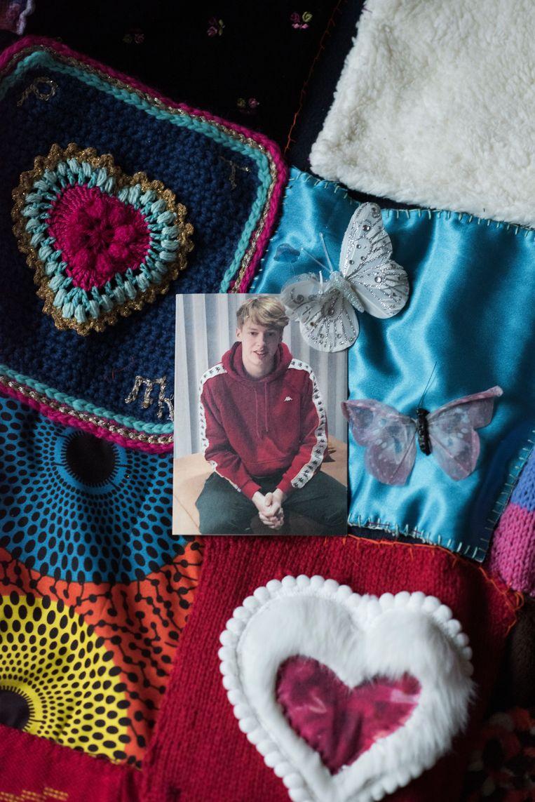 De rouwkaart van Pepijn op het kleed dat vrienden van moeder Titia voor haar hebben gemaakt na zijn overlijden. Beeld Linelle Deunk
