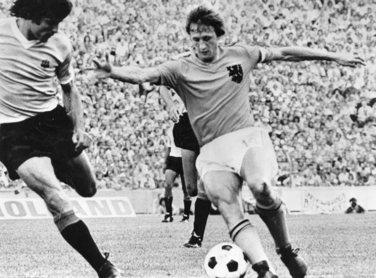 19th July 1974:  Johan Cruyff  in actie tegen  Uruguay. Beeld Getty Images