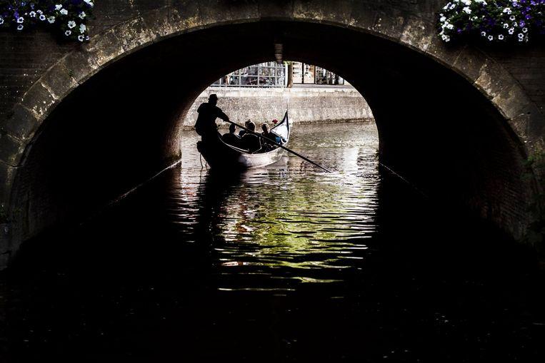 Gondel onder een brug van Leeuwarden. Beeld Maaike Andrews