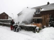 Voetbalclub Loil maakt straten in dorp sneeuwvrij voor ouderen