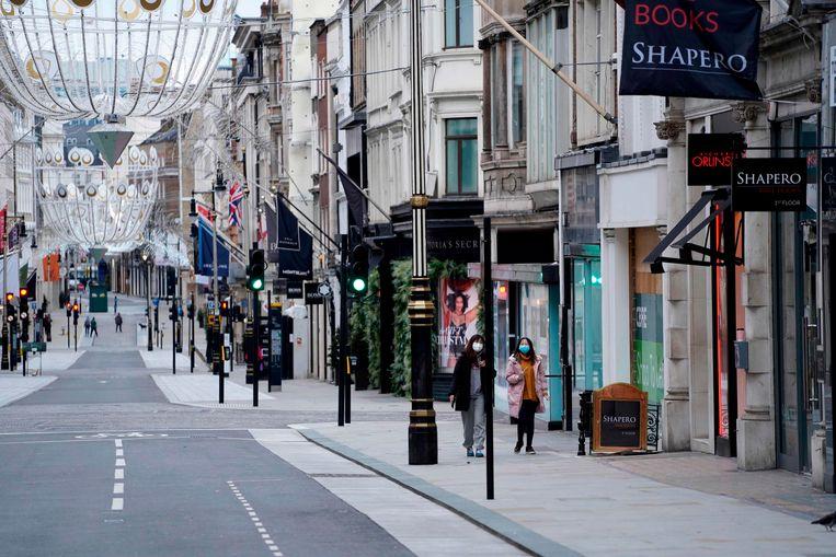 Lege straten in Londen. Het virus is hier nu weer op zijn retour, nadat de Britse regering een strenge lockdown instelde met avondklok en bezoekverbod.  Beeld AFP