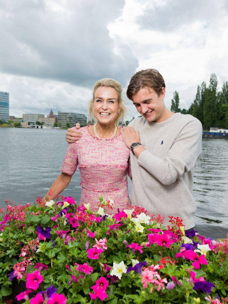 Barbara Baarsma met haar zoon Maarten de Lange. Beeld Ivo van der Bent
