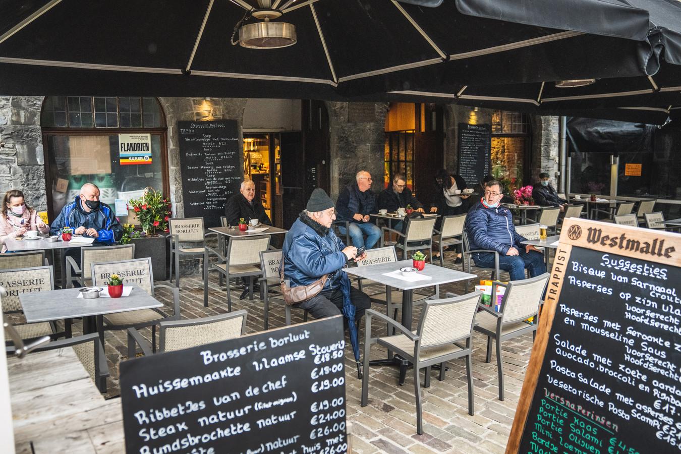 Het terras van brasserie Borluut liep om 8u40 al aardig vol