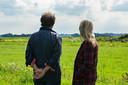 Acteurs Maarten Wansink en Trudi Klevers spelen de hoofdrol in het buitentheaterstuk GROND, over de dagelijkse sores van de boer op het platteland.