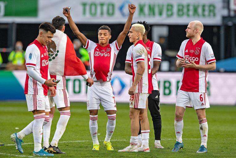 David Neres, het middelpunt van de Ajaxvreugde, zorgde in blessuretijd voor de winnende treffer. Beeld Guus Dubbelman / de Volkskrant