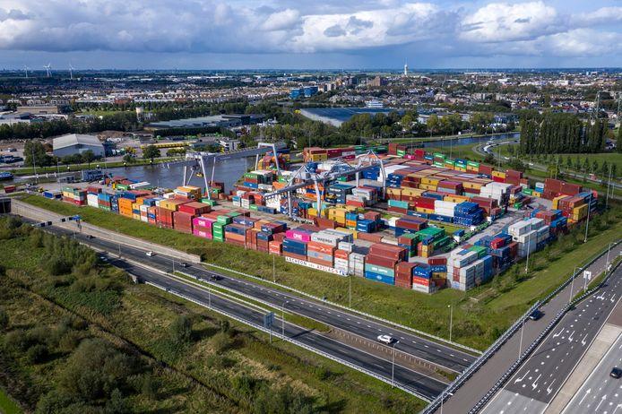 De Alphense containerhaven . De gemeente Alphen wil in de buurt daarvan windmolens neerzetten, maar dat vindt de provincie Zuid-Holland geen goed idee.  Er is een aanvraag ingediend over de hoogte van de gestapelde containters.