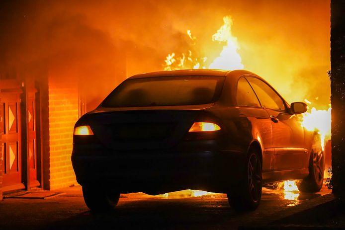 De auto ging in vlammen op bij de woning aan de Venusstraat.