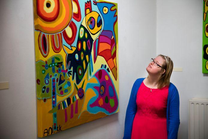 Kunstenaar Aniek Ceelen uit Deurne bij een van haar schilderijen.