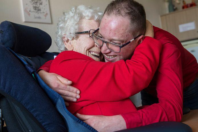 Ria Berendsen geeft haar kleinzoon Arnoud Bouwknegt een knuffel. Ria woont in zorgcentrum Walstede en is gevaccineerd, net als haar kleinzoon. En omdat aan de nodige randvoorwaarden wordt voldaan, mag er eindelijk weer worden geknuffeld na een jaar corona.