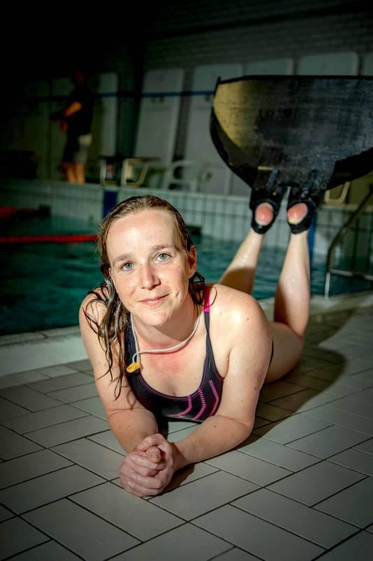 Nicole Voet doet aan vinzwemmen.